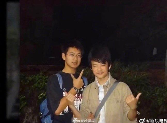 Netizen đã 'khai quật' được hình ảnh thuở còn cắp sách đến trường của Lý Hiện. Điều mà nhiều người bất ngờ chính là nhan sắc của chàng Lý Hiện khi học cấp 2, cấp 3 khác xa so với hiện tại.