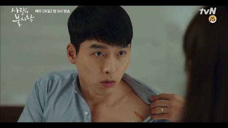 Đại úy Jung Hyeok diện sơ mi kẻ xanh chuẩn soái ca tự vô tư cởi áo khoe vết sẹo, chả là anh muốn dỗ dành người yên khi cô lo người có vết sẹo không diện bikini được nữa. Nhìn mặt anh chàng cứ ngồ ngộ, khoảnh khắc mà bất kỳ cô nàng nào cũng bị Hyun Bin chinh phục.