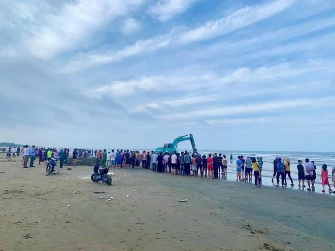 Lực lượng chức năng sau đó đã thuê cẩu kéo xác cá voi vào đất liền để đi chôn cất theo phong tục người vùng biển.