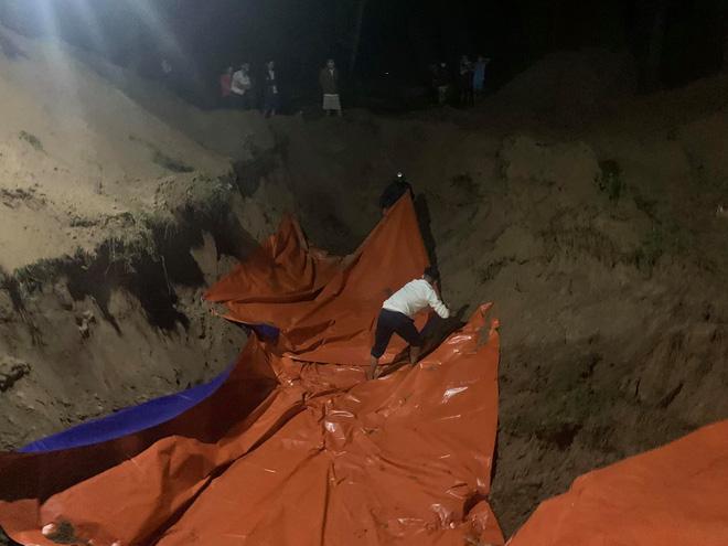 Ngay trong đêm, người dân đã đào hố, trải bạt để tiến hành chôn cất cá.