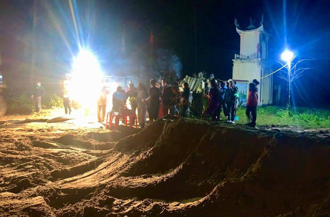 Đến hơn 23h cùng ngày, việc chôn cất cá đã được hoàn thành. Dự kiến trong vài ngày tới, người dân sẽ tiến hành xây mộ, ốp gạch để sạch đẹp. Toàn bộ chi phí cho việc chôn cất cá và xây mộ được các nhà hảo tâm, người dân trên địa bàn quyên góp hỗ trợ.