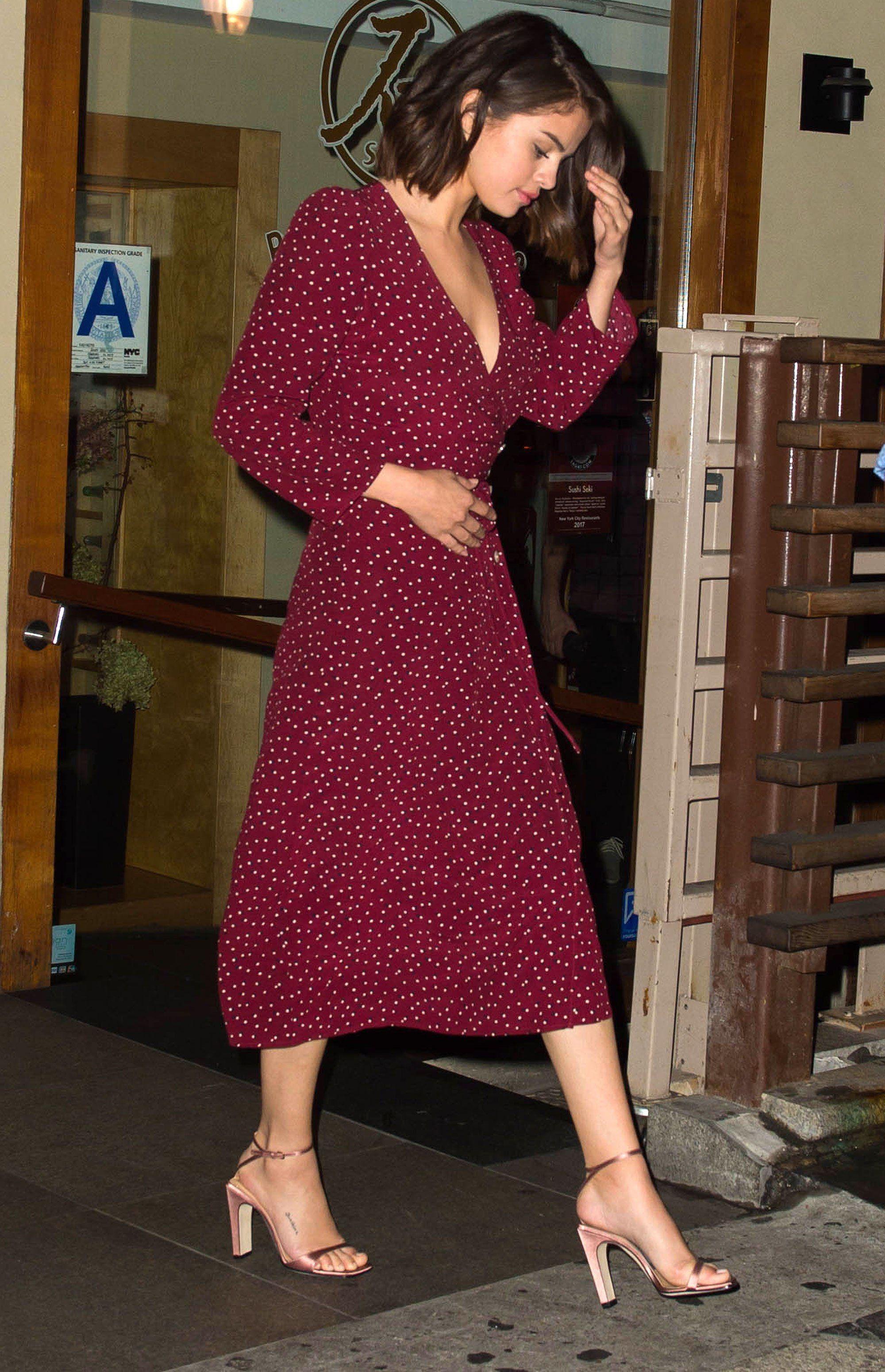 Lấy cảm hứng từ Selena Gomez, bạn sẽ nhận ra không sắm đồ chấm bi thì thiệt thòi cho phong cách quá! 0