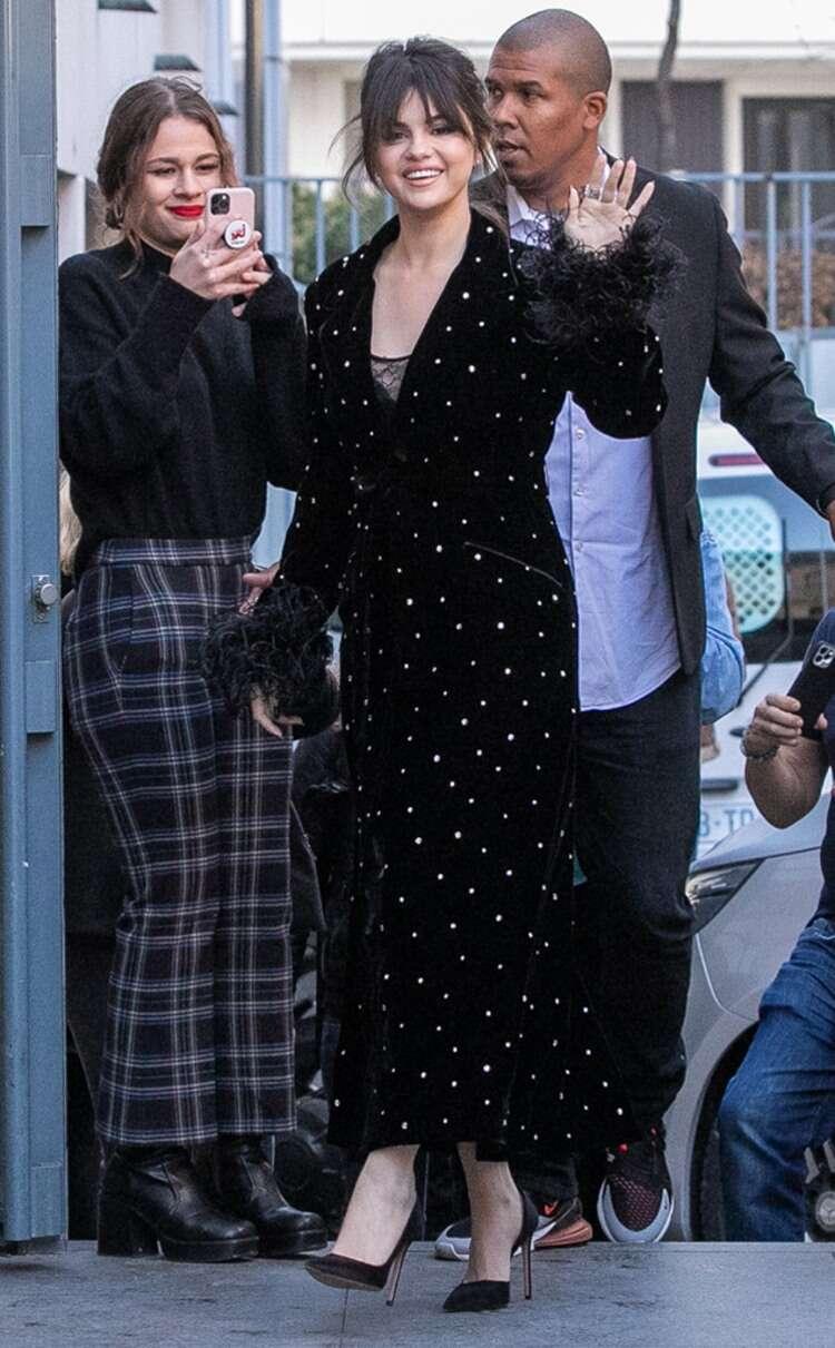 Lấy cảm hứng từ Selena Gomez, bạn sẽ nhận ra không sắm đồ chấm bi thì thiệt thòi cho phong cách quá! 1