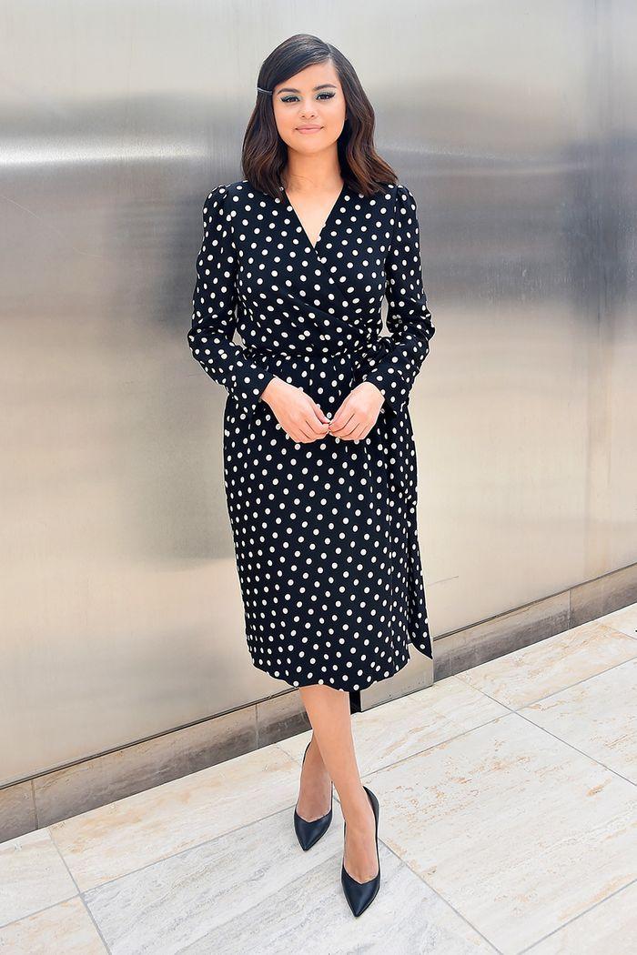 Lấy cảm hứng từ Selena Gomez, bạn sẽ nhận ra không sắm đồ chấm bi thì thiệt thòi cho phong cách quá! 2
