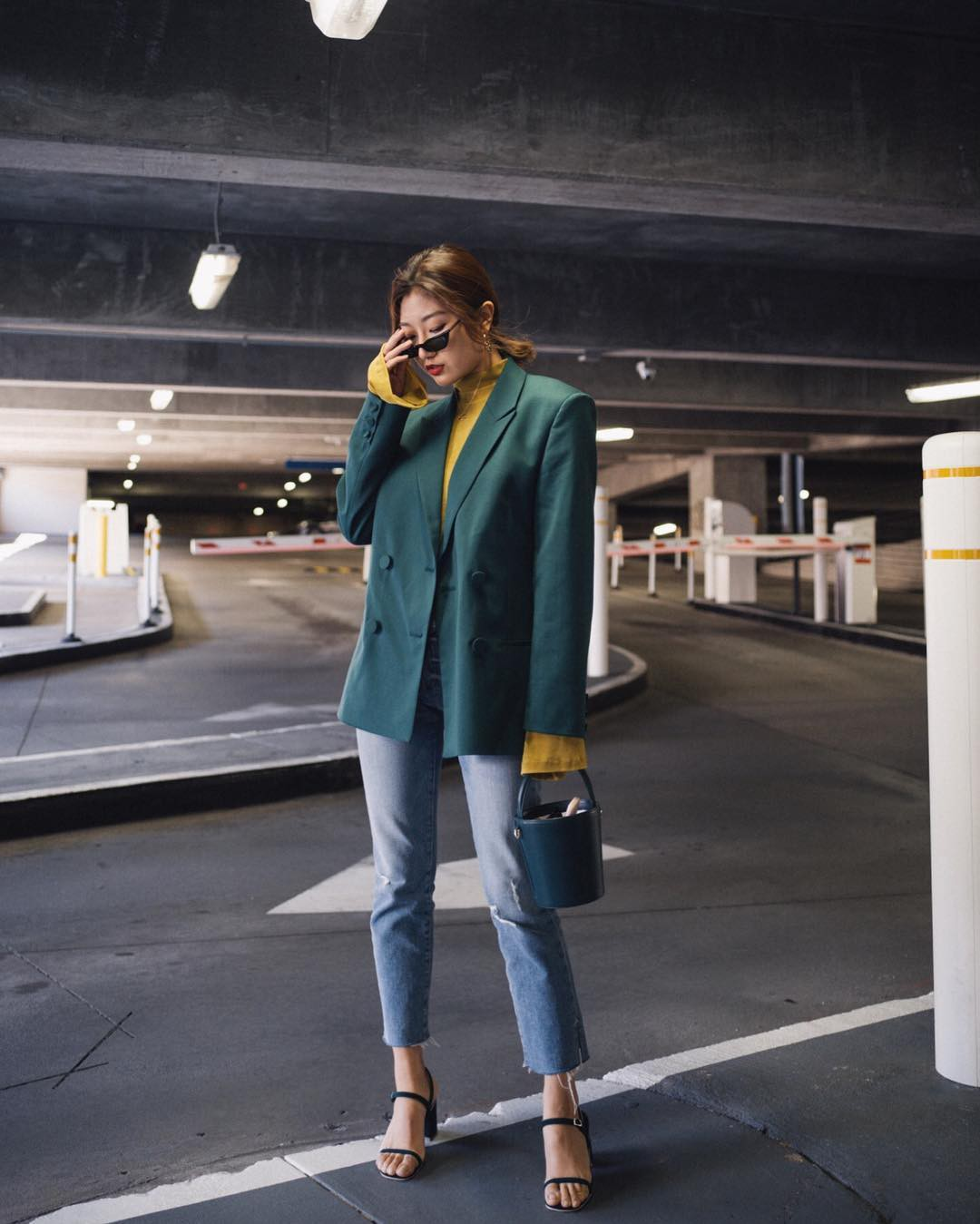 Blazer + Jeans: Nàng công sở tuổi 30+ sẽ chẳng bao giờ mặc xấu nếu biết thêm cách kết hợp giày dép này 1