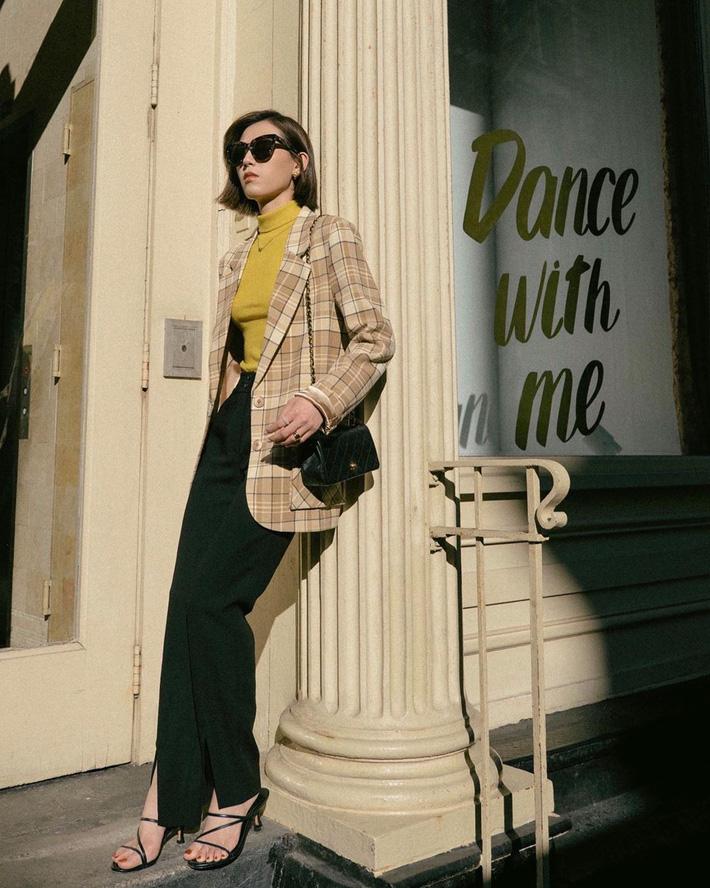 Blazer + Jeans: Nàng công sở tuổi 30+ sẽ chẳng bao giờ mặc xấu nếu biết thêm cách kết hợp giày dép này 2
