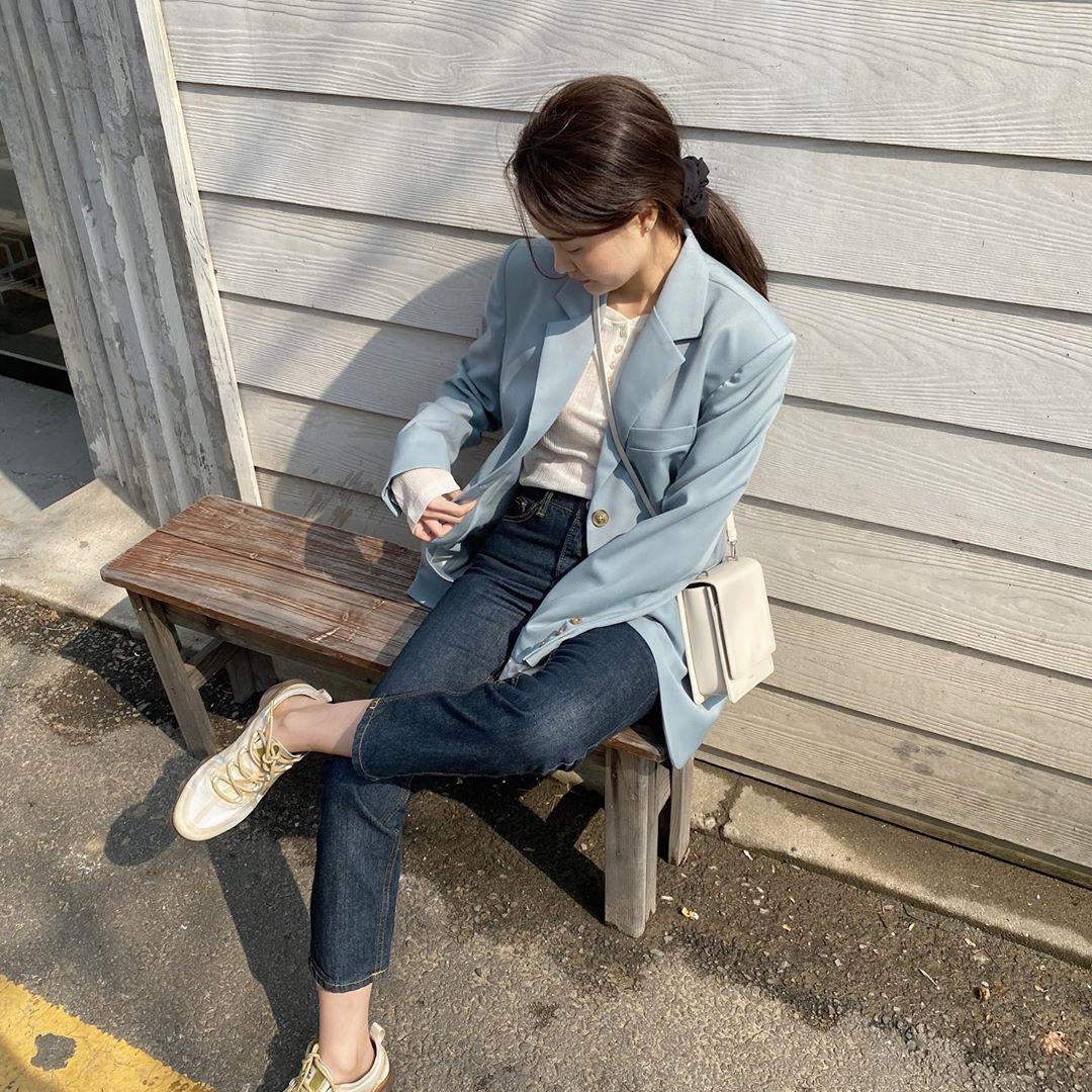 Blazer + Jeans: Nàng công sở tuổi 30+ sẽ chẳng bao giờ mặc xấu nếu biết thêm cách kết hợp giày dép này 5