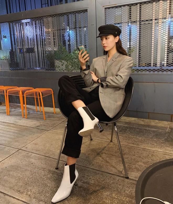 Blazer + Jeans: Nàng công sở tuổi 30+ sẽ chẳng bao giờ mặc xấu nếu biết thêm cách kết hợp giày dép này 12