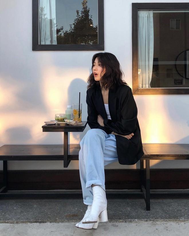 Blazer + Jeans: Nàng công sở tuổi 30+ sẽ chẳng bao giờ mặc xấu nếu biết thêm cách kết hợp giày dép này 11