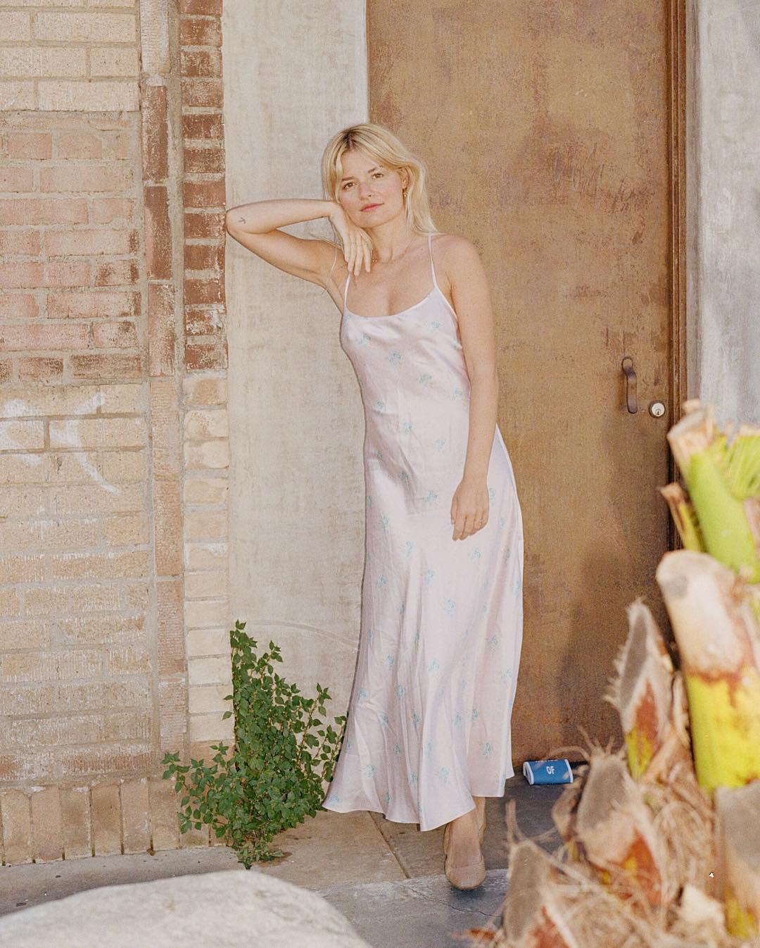 Phụ nữ Pháp cứ diện váy lụa đẹp mê thế này, chị em ngắm rồi sẽ muốn tậu ngay cho tủ Xuân - Hè 'cả lố' với muôn màu sắc 4