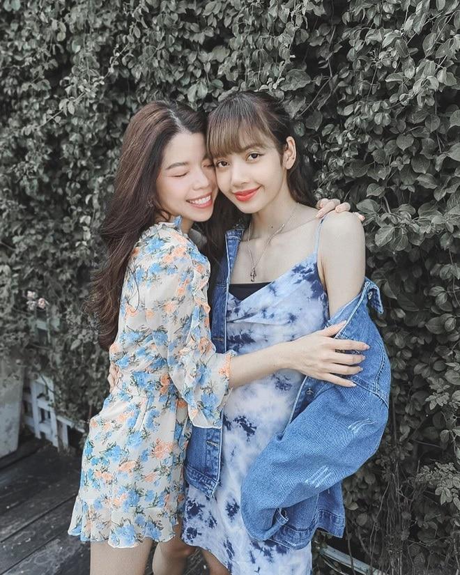 Trang phục dạo phố cùng bè bạn của Lisa cũng đơn giản với chiếc váy hai dây vải tie-dye , có thể thấy xương vai của cô nàng cực hút hồn khiến công chúng khó có thể rời mắt.