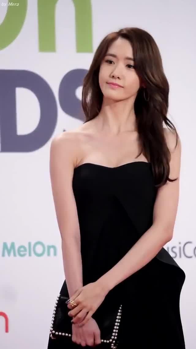 Phần cổ thon và cao thanh tú khiến Yoona càng nổi bật hơn trong các trang phục hở ngực tại thảm đỏ.