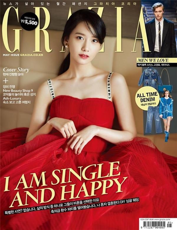 'Nữ thần Yoona' cũng khoe triệt để phần xương quai xanh của mình trong bộ váy đỏ trên bìa tạp chí.