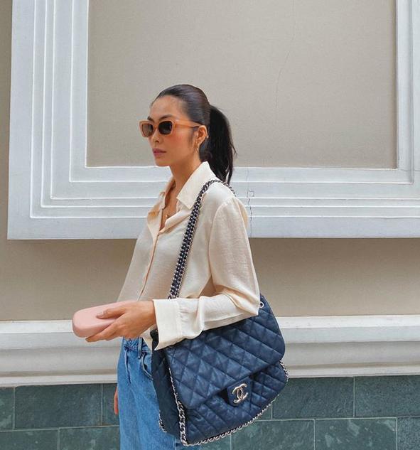 Cách đây không lâu, Hà Tăng từng sử dụng mẫu túi Chanel Chain Around ra mắt từ năm 2011 có giá khoảng 90 triệu đồng.
