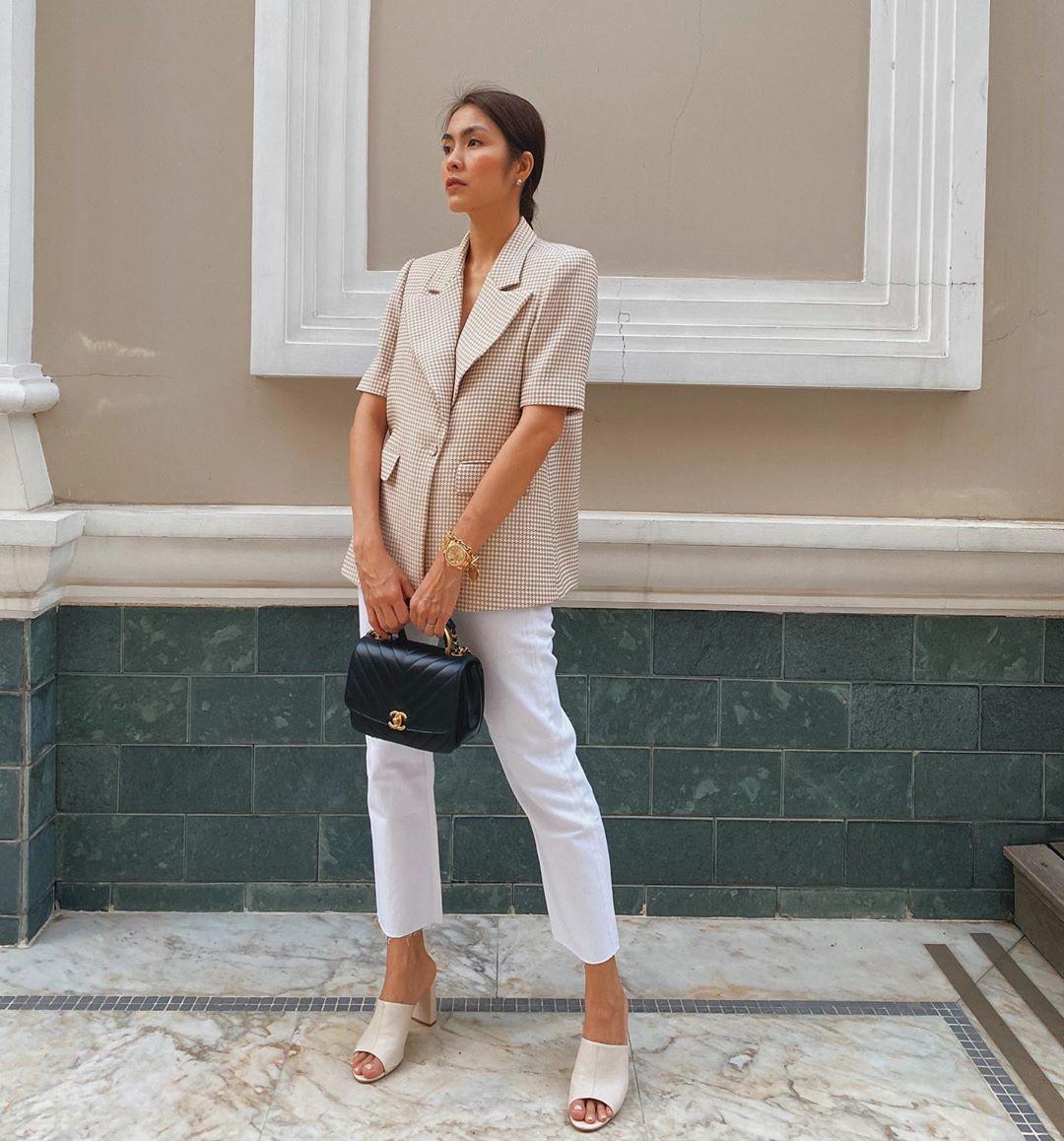 Trong hình ảnh mới đây, ăn diện đơn giản với toàn những item trung tính nhưng Hà Tăng vẫn nổi bần bật với mẫu túi Chanel có giá khoảng 100 triệu đồng.