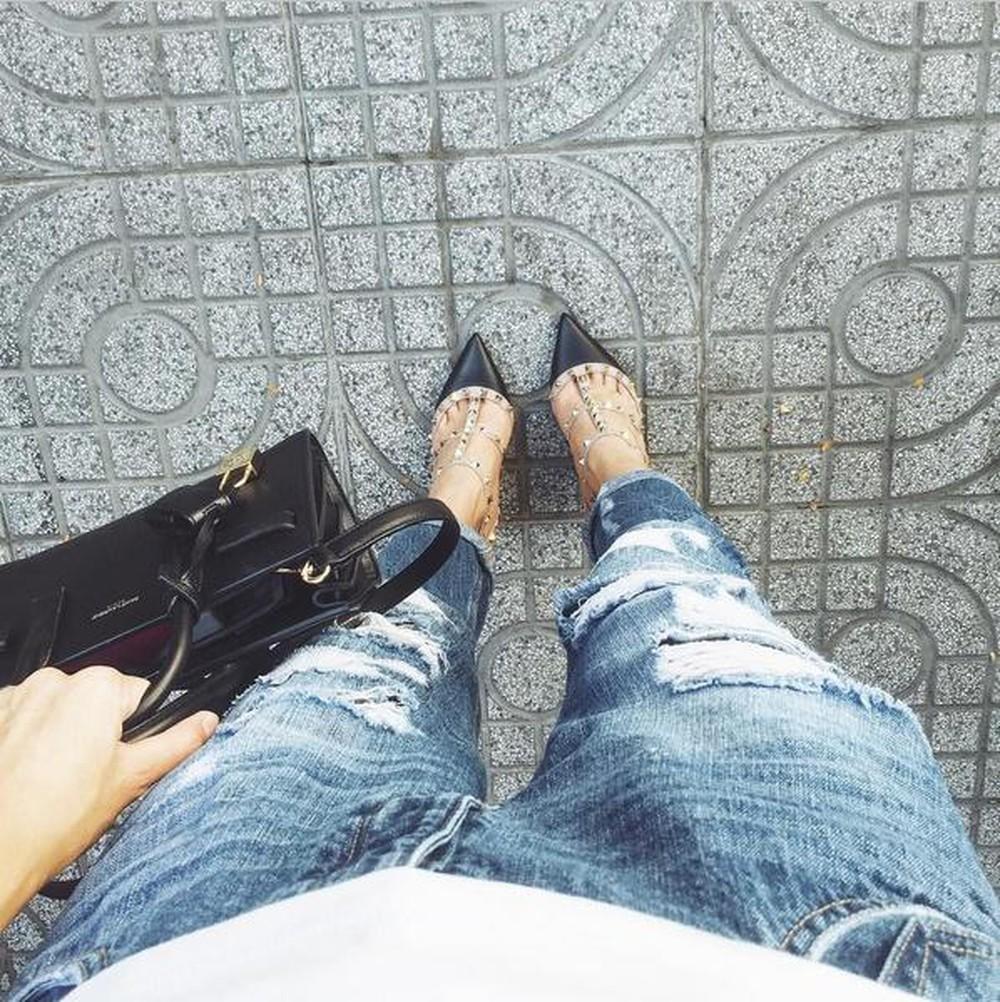Trong hình ảnh hiếm hoi đã rất lâu trên Instagram, Hà Tăng khoe khéo outfit đắt đỏ với túi Valentino 60 triệu và giàu Saint Laurent 25 triệu đồng.
