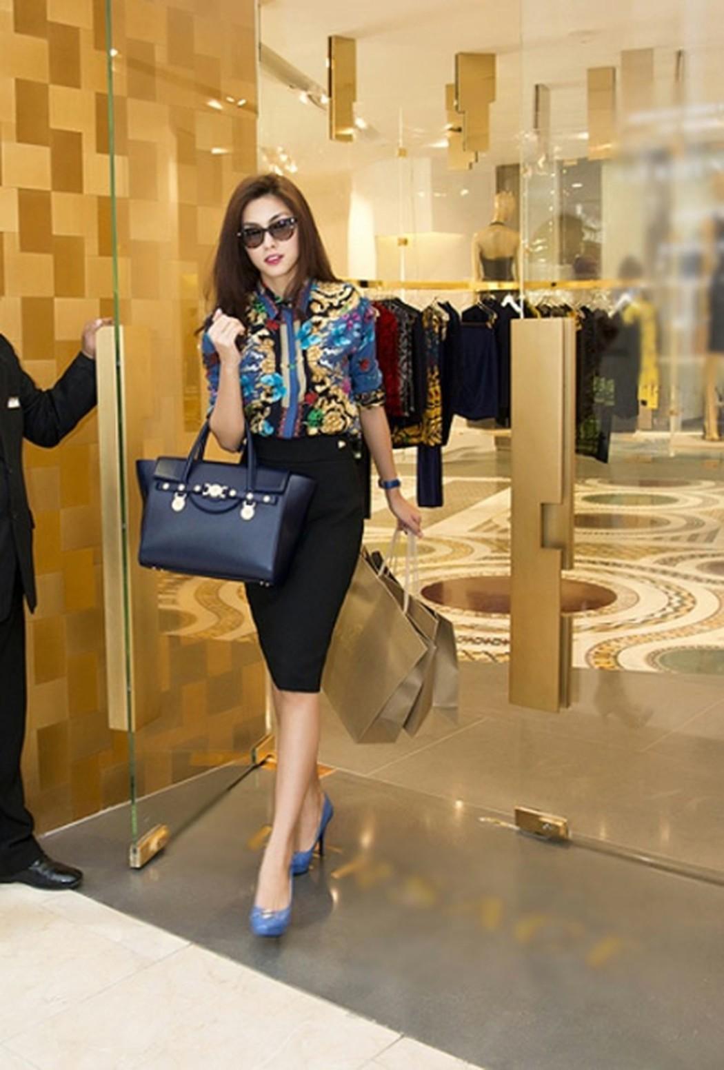 Túi Signature Versace khoảng 50 triệu đồng kết hợp cùng áo sơ mi họa tiết và chân váy đen giúp Hà Tăng mang đến ấn tượng vừa thanh lịch lại vừa sang chảnh.