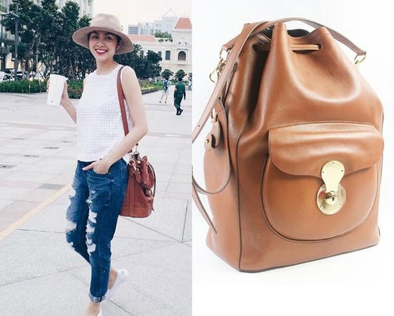 Mẫu túi Ricky Drawstring của Ralph Lauren có thiết kế nhỏ gọn giúp cô trông năng động, khỏe khoắn.