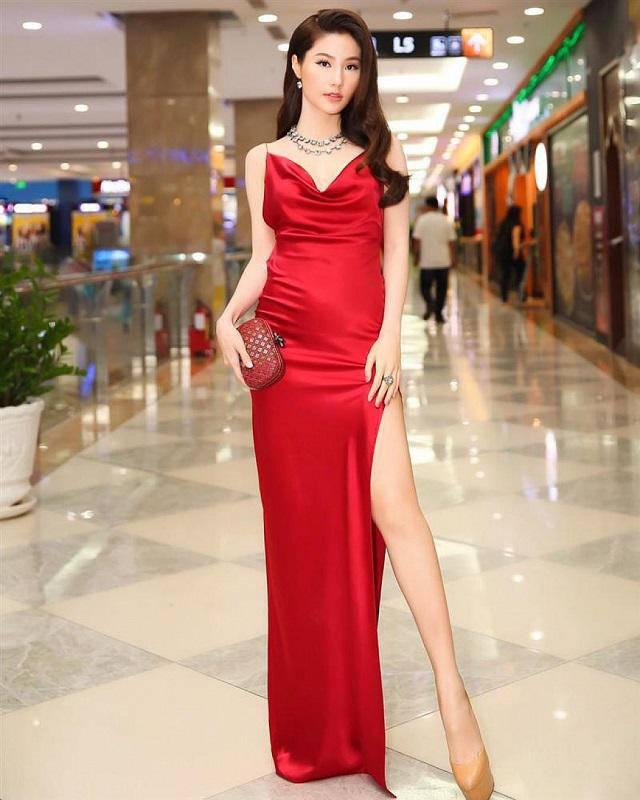 Diễm My 9x gợi cảm quyến rũ tột cùng khi diện thiết kế đầm lụa màu đỏ nổi bật nhưng 'hỡi ôi' bộ đầm lại khiến vòng 2 của cô bông nhiên lỗ rõ hơn hẳn bình thường.