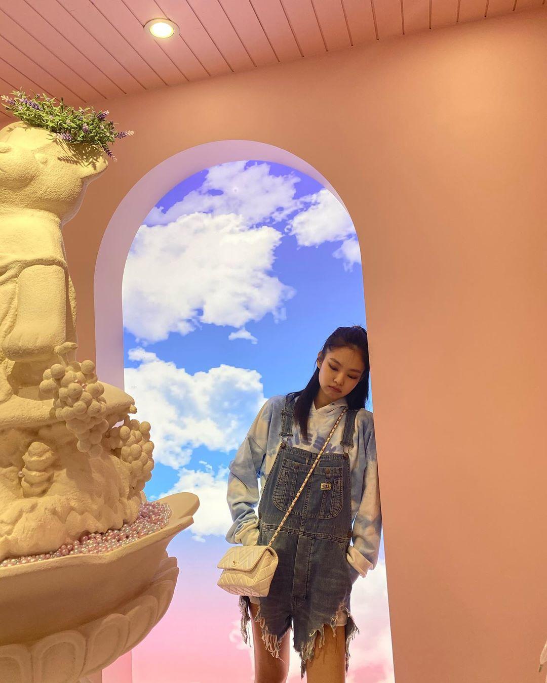 Dương Mịch - Tống Thiến - Jennie cùng 'hack tuổi' tài tình với 1 mẫu quần nhưng khác biệt về độ chất mới đáng bàn 2