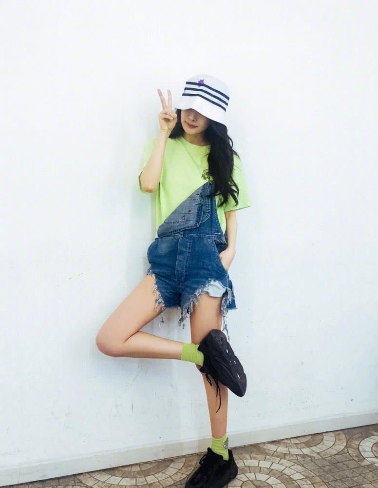 Dương Mịch - Tống Thiến - Jennie cùng 'hack tuổi' tài tình với 1 mẫu quần nhưng khác biệt về độ chất mới đáng bàn 5