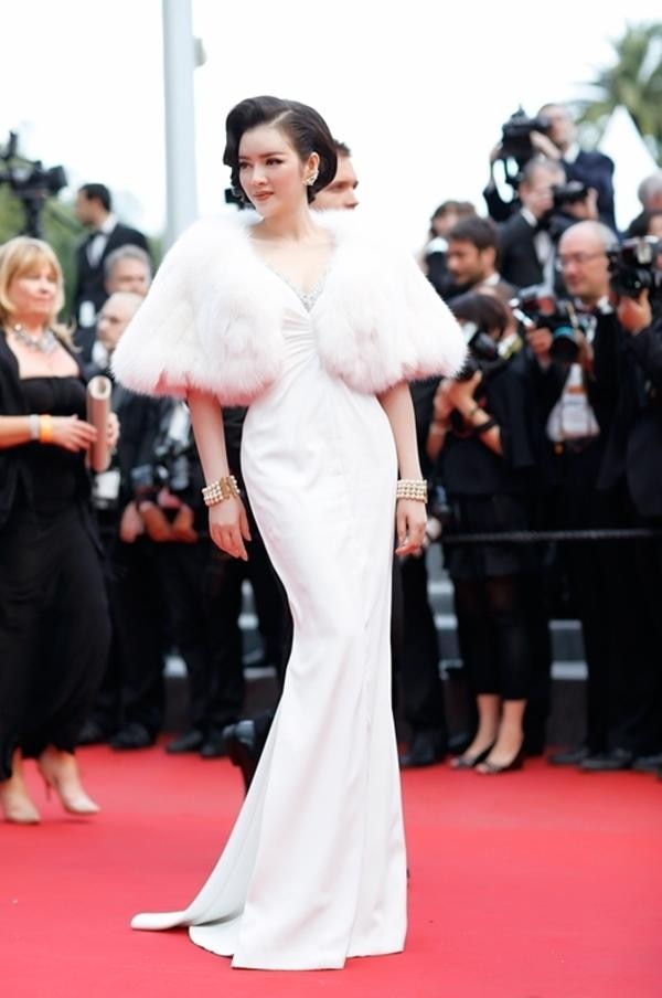 Tại LHP Cannes 2015, Lý Nhã Kỳ gây ấn tượng với kiểu váy cổ điển trắng tinh khôi xẻ ngực đến từ nhà mốt Georges Hobeika. Trông cô quý phái với kiểu tóc thời xưa đẹp đến ngây người