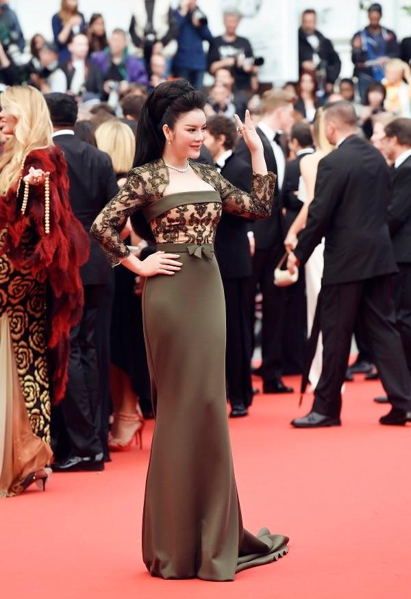Nữ diễn viên xuất hiện vô cùng ấn tượng với vẻ ngoài vô cùng kiêu sa, gợi cảm trong thiết kế đuôi cá màu rêu của Georges Hobeika. .