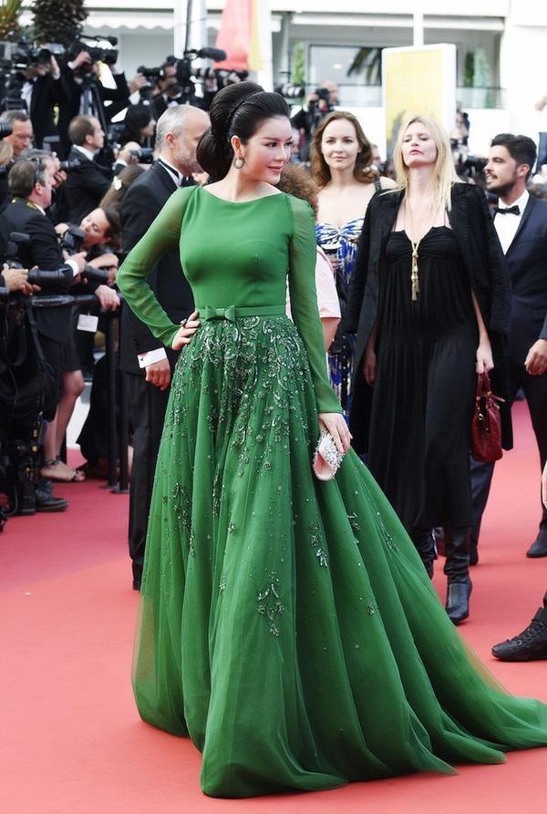 Lý Nhã Kỳ rất ưa chuộng nhà mốt Georges Hobeika nên cô tiếp tục diện bộ váy xanh ngọc bích đầy quý phái 'hớp hồn' truyền thông quốc tế