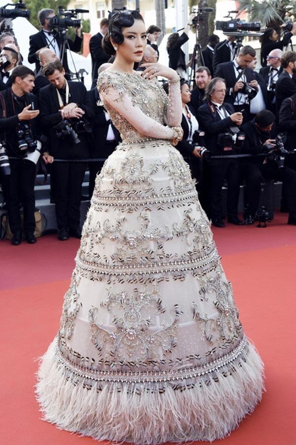 Quý cô cổ điển phương Tây được Lý Nhã Kỳ 'chinh phục' xuất sắc cùng chất liệu vải lưới, lông vũ, chỉ ánh kim và pha lê cao cấp với phom dáng váy quả chuông lạ mắt