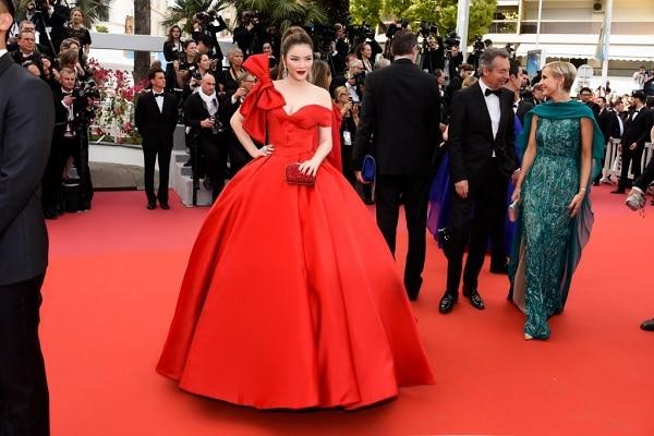 Tại LHP Cannes 2018, Lý Nhã Kỳ như một nàng lọ lem trong kiểu váy đỏ bồng bềnh thắt nơ tạo nên sự hoàn hảo, quyền quý cho ngày đầu tiên xuất hiện trở thành 'khoảnh khắc' ai cũng nhớ đến nhất