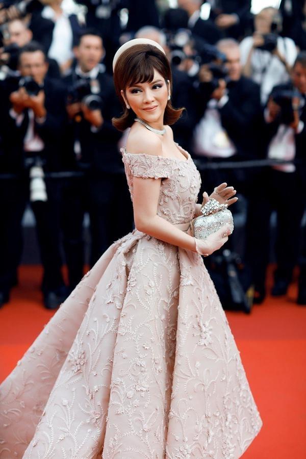 Vóc dáng ngọt ngào, duyên dáng mà kiêu sa của nữ diễn viên Việt Nam thanh lịch với chiếc váy đến từ thương hiệu Ashi nhìn cô trông như một búp bê Nga.