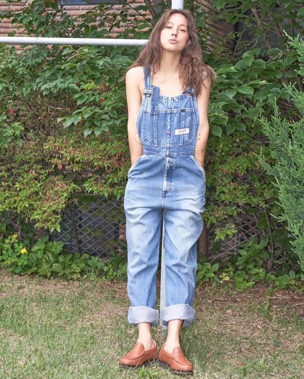 Thời trang Yếm denim được Hyori xắn ống quần mix cùng giày lười nâu da bò , đây là kiểu trang phục được khá chuộng vào mùa hè
