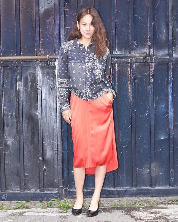 Quý cô vintage với áo sơ mi họa tiết xanh biển sẫm mix cùng váy đỏ khó nhằn thế mà qua tay Lee Hyori thì vẫn đẹp và 'chất' theo kiểu riêng