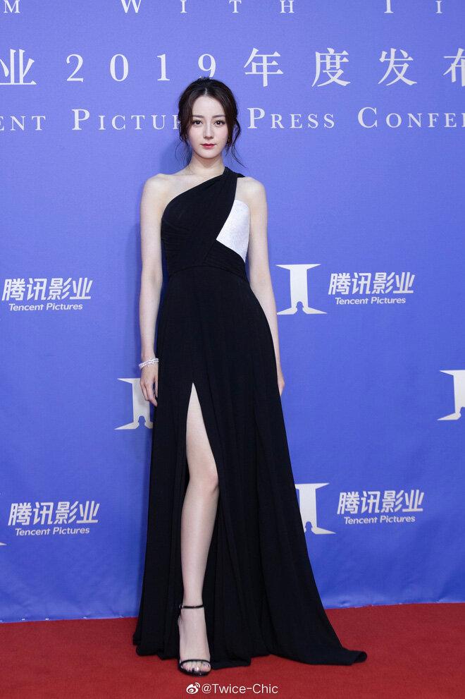 Địch Lệ Nhiệt Ba luôn là mỹ nhân 'đắt show' trong showbiz Hoa Ngữ bởi nhan sắc đẹp ngất ngây