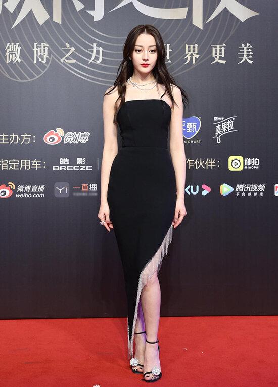 Người đẹp Tân Cương luôn biết chọn váy vóc sao cho đẹp nhất mỗi khi xuất hiện trên thảm đỏ