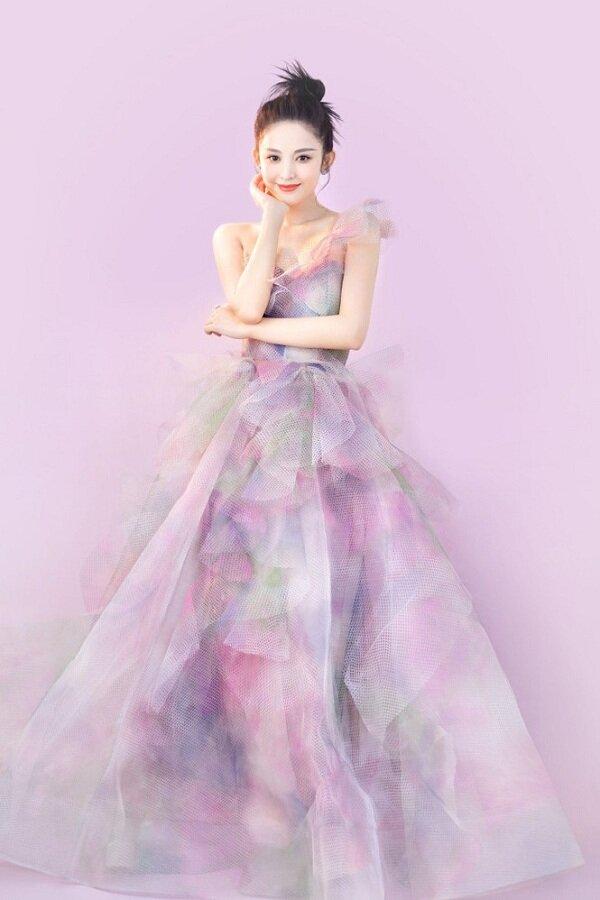 Không kém cạnh cô bạn đồng nghiệp, 'mỹ nhân Tân Cương' Cổ Lực Na Trát nhiều lần khiến dân mạng mê mẩn vì quá xinh đẹp, thoát tục trong các dáng váy công chúa