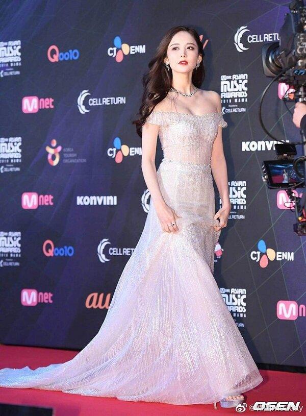 Cổ Lực Na Trát từng 'khuấy động' thảm đỏ MAMA 2019 khi nhan sắc đẹp không tì vết trong bộ váy bạc đính đá xuyên thấu của cô nàng khiến truyền thông quốc tế hết sức khen ngợi