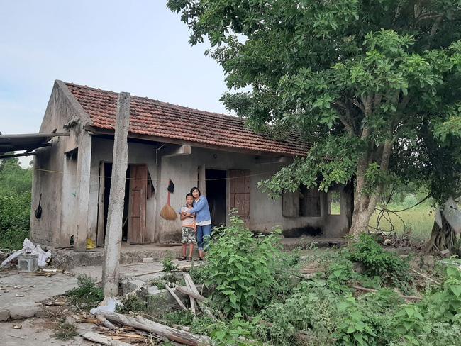 Căn nhà giữa núi rừng gắn bó với mẹ con chị Loan suốt 10 năm.