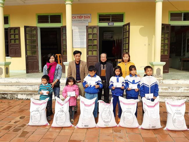 Chị Loan trao gạo cho trẻ nghèo.