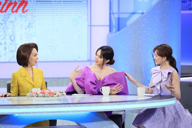 Cùng diện đầm tím nhưng sắc độ và kiểu dáng đầm của Hương Giang nổi bật hơn hẳn Hari Won nhưng kiểu tóc lại khiến cô nhìn nặng nề, rối mắt hơn so với các 'chị em'.