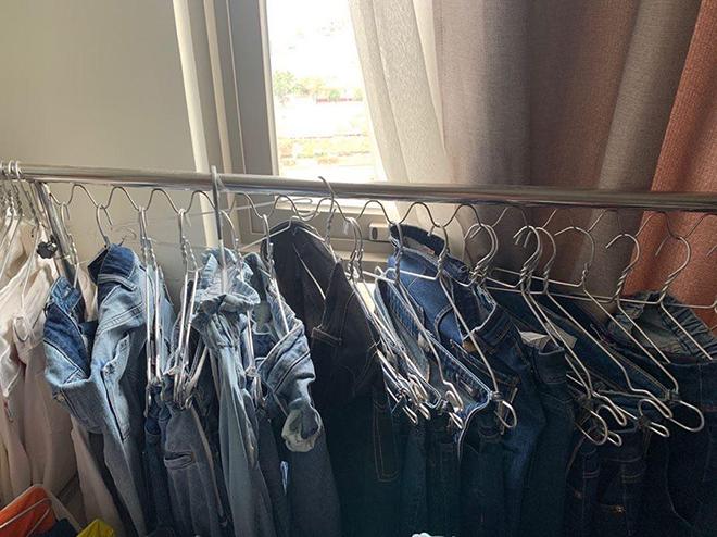 Trong căn nhà đang thuê, H'Hen Niê để nhiều sào treo đồ để phân loại các kiểu trang phục cô thường xuyên sử dụng.