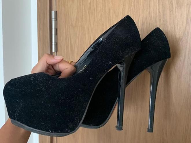 Đôi giày trị giá 280 nghìn đồng lúc mới đi làm người mẫu vẫn được H'Hen Niê giữ gìn để làm kỉ niệm.