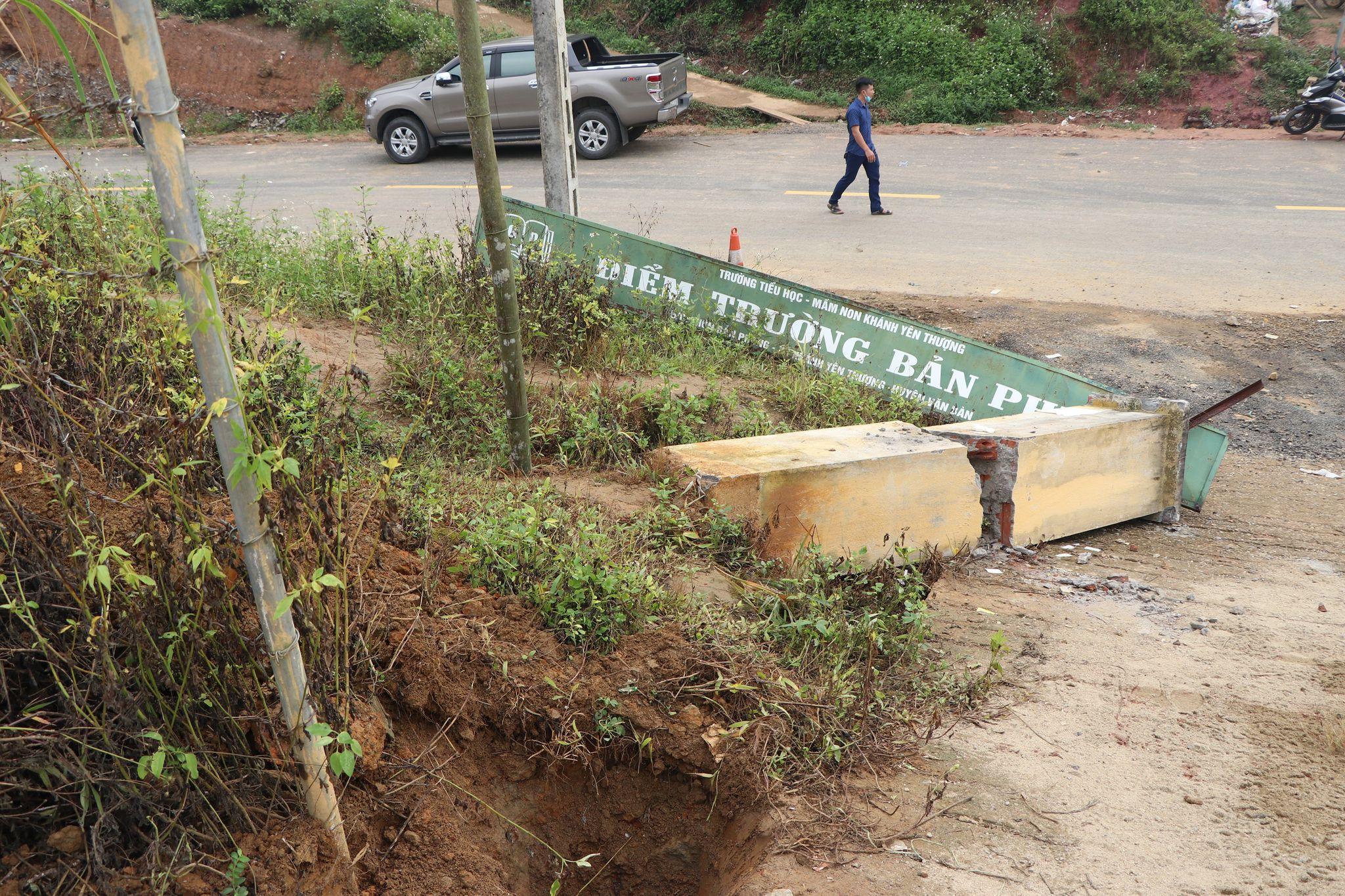 Trường mầm non Khánh Yên Thượng, khu vực xảy ra vụ đổ sập cổng trường nằm trên nền đất dốc, đường đi có độ dốc lớn.