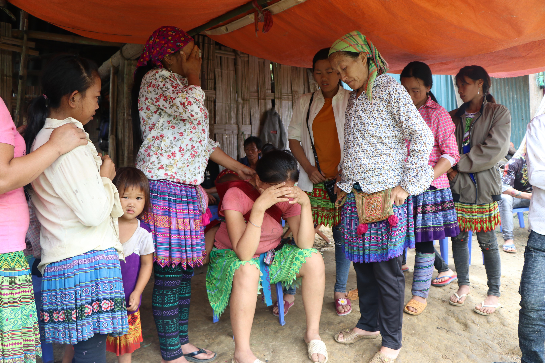 Nghẹn lòng đám tang 3 em nhỏ tử vong trong vụ sập cổng trường ở Lào Cai: 'Không ngờ bát mì tôm trứng lại là bữa ăn cuối cùng của con' 10