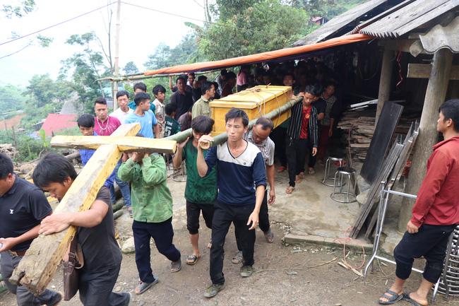 Vào lúc 10h sáng, người dân hỗ trợ gia đình đưa thi thể các em về nơi an nghỉ cuối cùng.