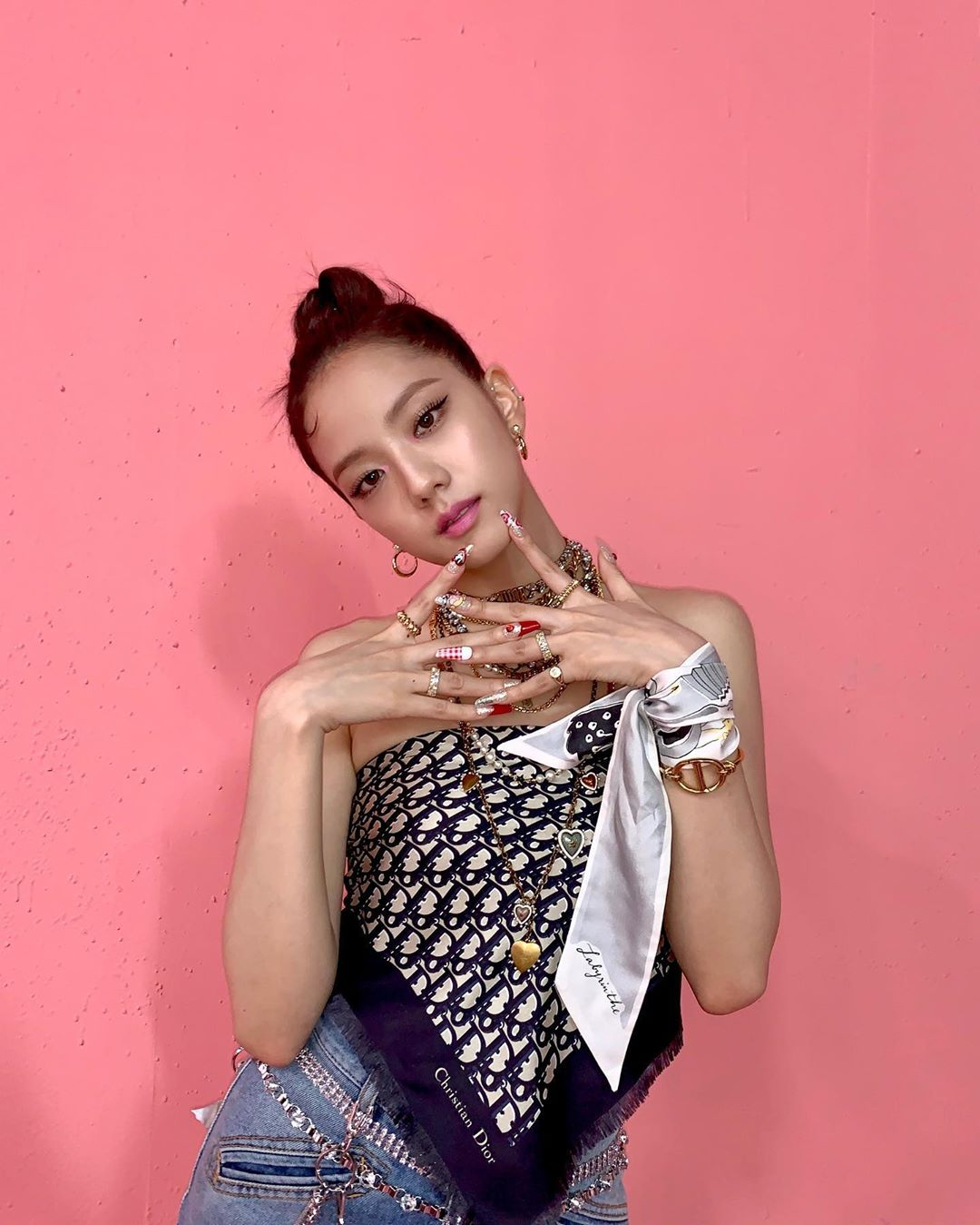 Lên đồ giống hệt Jisoo, Minh Hằng vẫn 'hiền khô' so với idol Hoa hậu 1