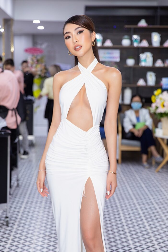 Mới đây, xuất hiện tại một sự kiện, Tường Linh mặc chiếc váy với nhiều chỗ khoét táo bạo, gây ấn tượng mạnh bởi vẻ gợi cảm và gương mặt đẹp không góc chết. Vòng 1 của cô một lần nữa gây sự chú ý với tất cả mọi người.
