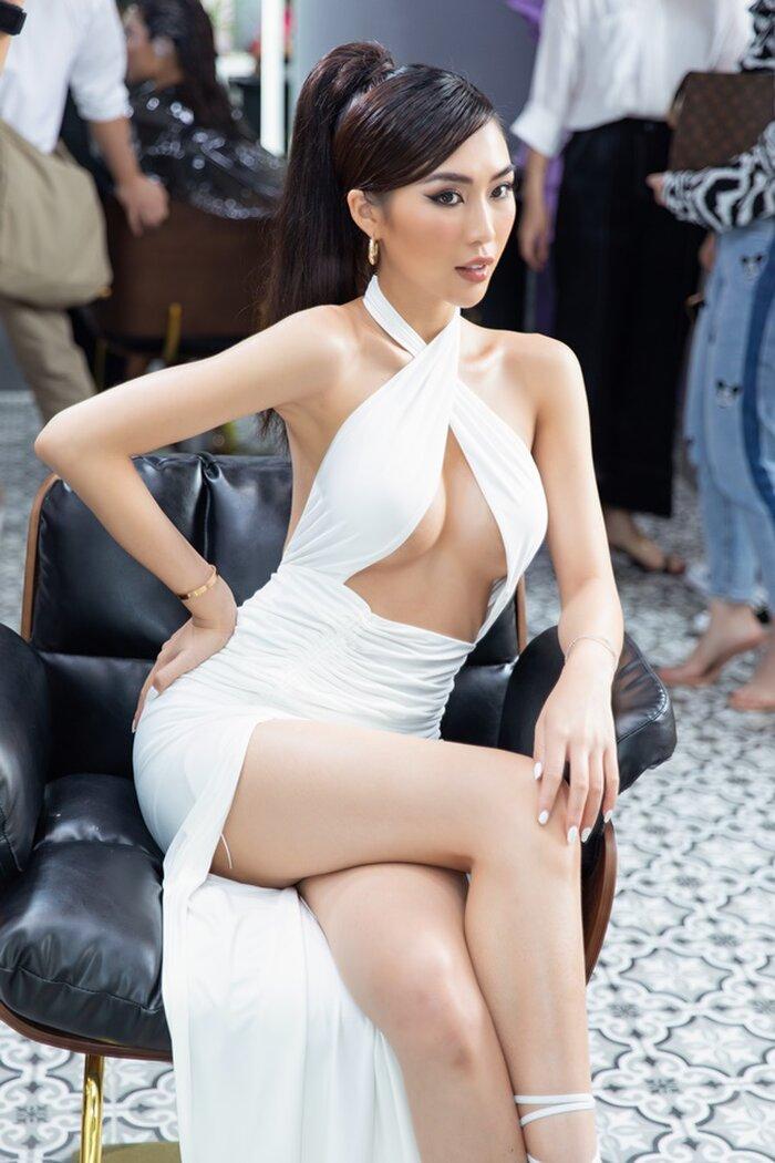 Tường Linh diện váy hở bạo khoe vòng một căng tràn. Tận dụng lợi thế ngoại hình, người đẹp lựa chọn chiếc váy được cut out 'hiểm hóc'.