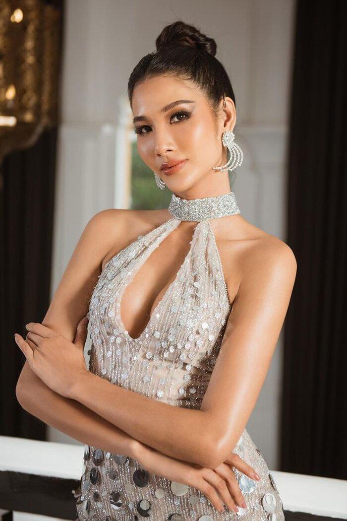 Một trong những thiết kế khoe tối thượng khe ngực sâu hun hút của Hoàng Thùy ở Miss Univers 2019 nhờ chi tiết khoét ngực vừa phóng khoáng.