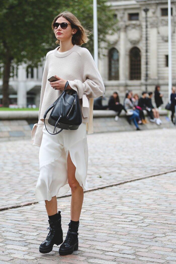 Diện váy silk lụa là hoàn toàn có thể mix với giày combat bình thường.